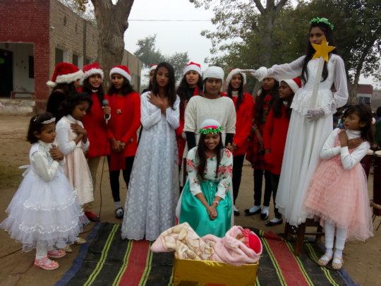 children presenting small tablu
