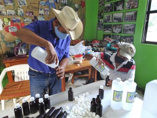 Prepar gel, caretas / Preparing gel, face shields