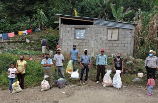 Donating food supplies / Donar dispenas alimentos