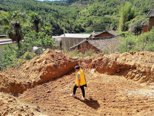 A Zhengxin team member inspects the progress