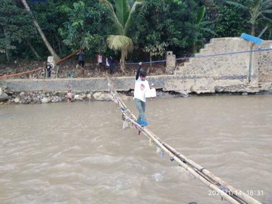 Cross the bamboos bridge to distribute the aid
