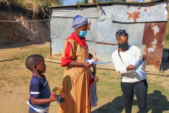 Thanda facilitator guiding guardian at delivery