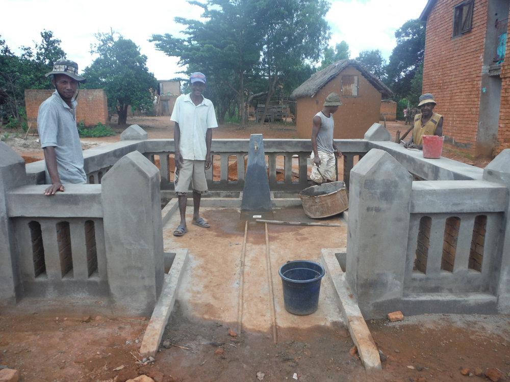 Building a communal faucet in Fiarenana