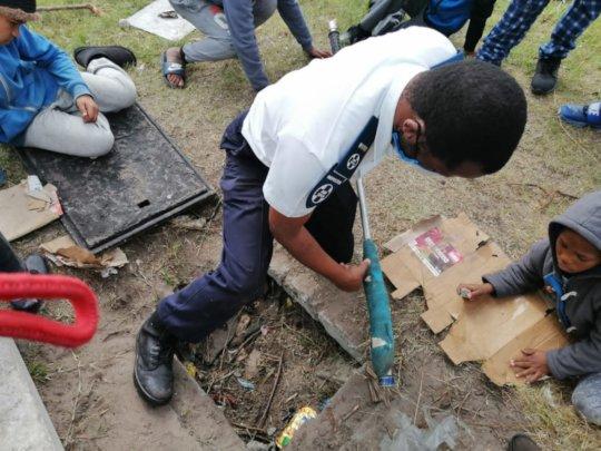 Inspector Mbukutshe struggling to free Nina