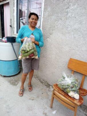 Mujer beneficiada con despensa