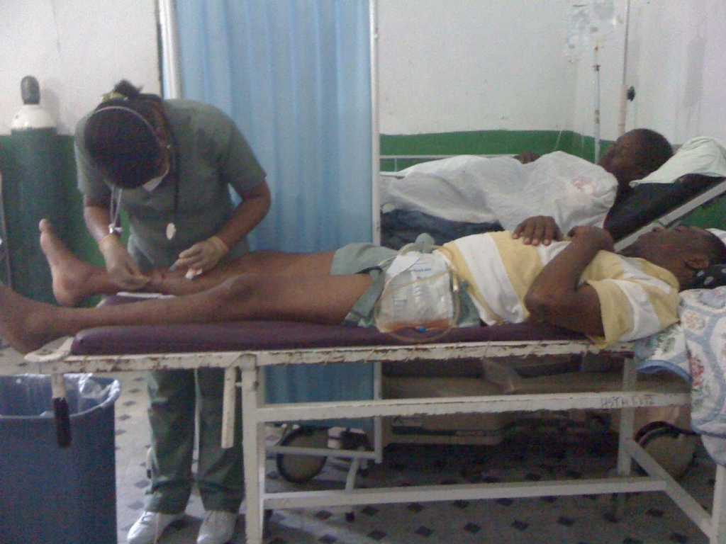 Treating a patient in the Ministry of Health/ZL Hinche Hospital