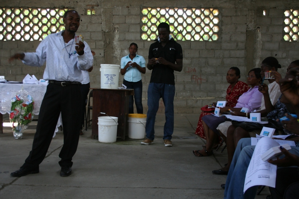 Supervisor Miguel Exavier trains health agents