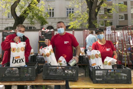 Distribution of food packages (c)Reiner Riedler