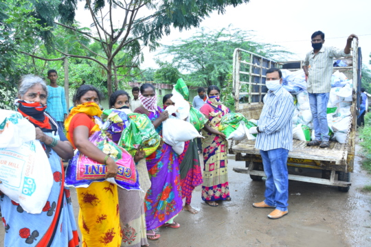 helping daily wage workers by donating groceries