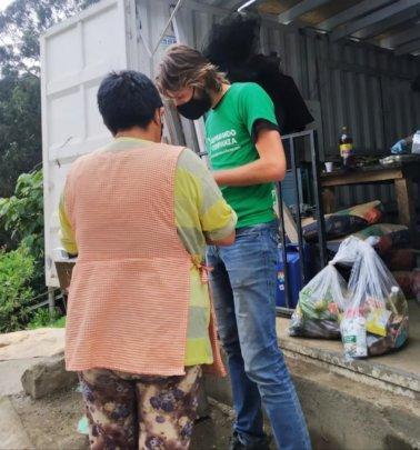 Women receiving solidarity basket