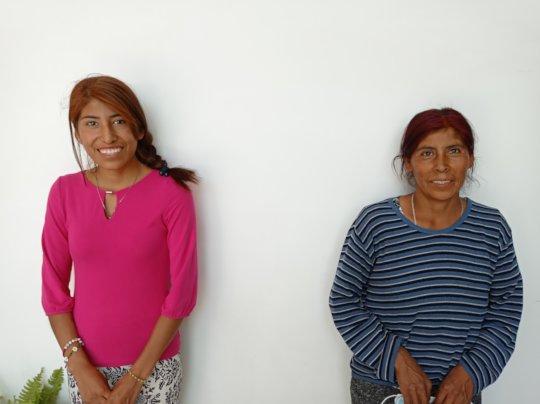 Madre  e hija reciben apoyo alimentario
