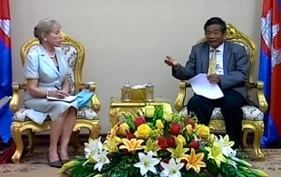 Suwanna with the Deputy Prime Minister of Cambodia