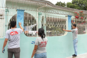 Youth of Arte La Calle starting community mural