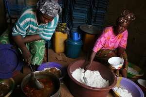 HIV+ patients cooking meals together