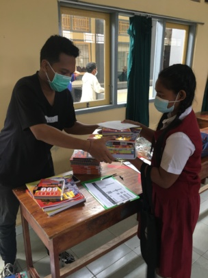 Student in Sukawati receiving the school supplies