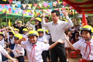 Students in Gia Lai participate in a flash mob.