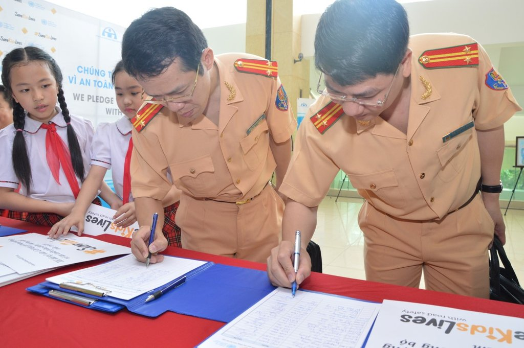 Police sign the Child Declaration for Road Safety