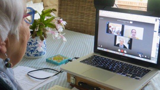 Online volunteer teaches English