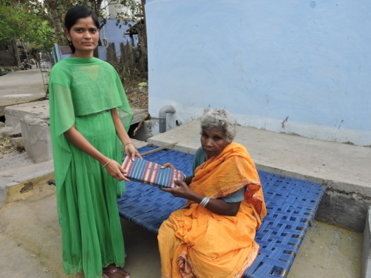 destitute oldage women getting saree by best ngo