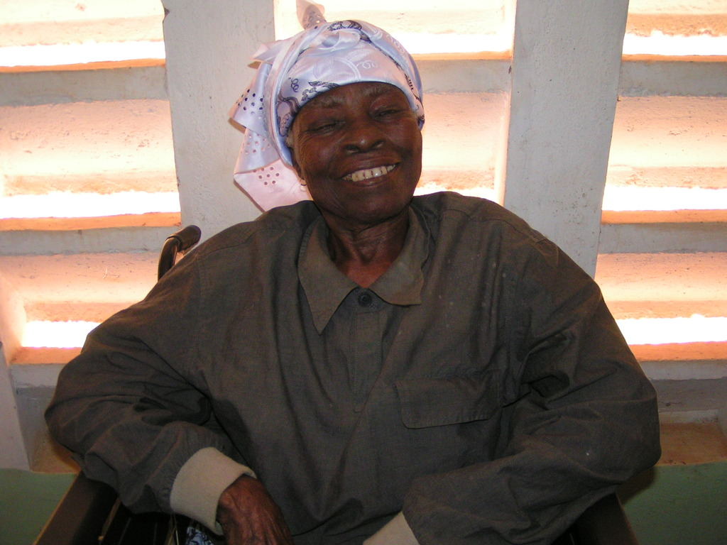 Woman with cataract in left eye waiting for care