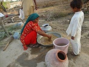 Women washind sand to put in nadi filter filter