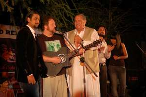 """Everyone joins Todd for """"Dil Dil Pakistan"""""""