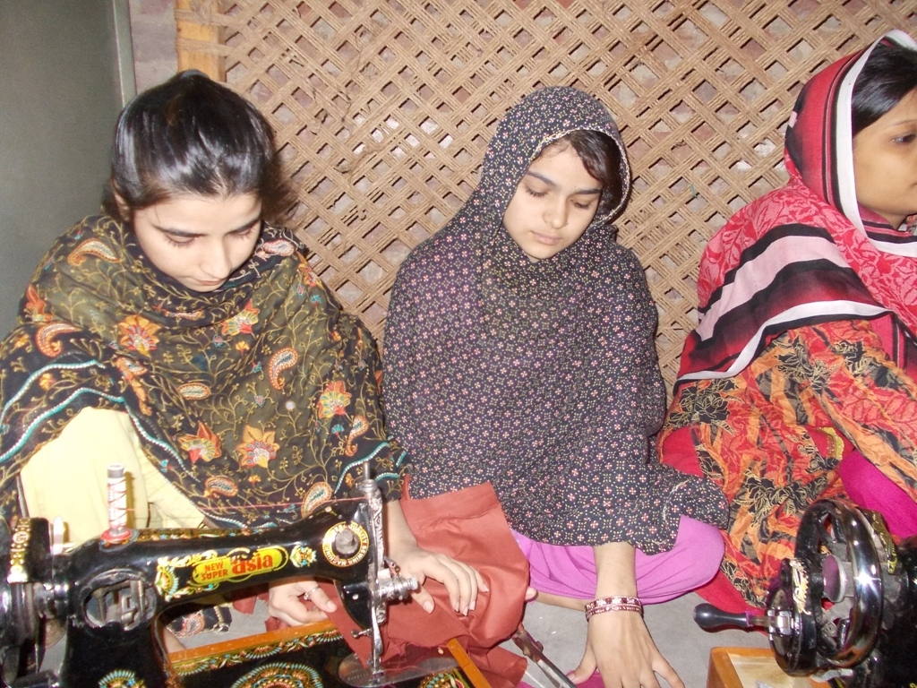 essay on working women in pakistan I am taking japanese culture course and writing a paper about working women i need to check my thesis actually the body of your essay.