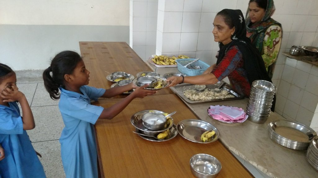 Serving meals in steel dishes to replace plastic