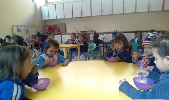 kindergarten students having breakfast