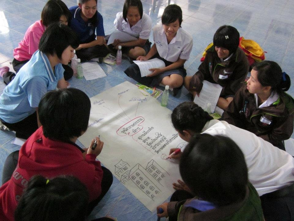 Group discussion on finding jobs in Bangkok.