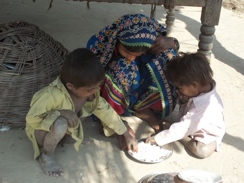 Children eating some rice, they recieve 20 days