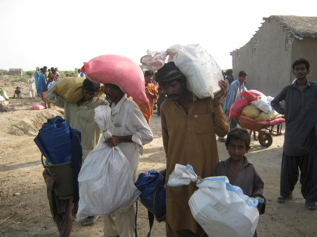 IDPs carrying food & non food itmes to their camps