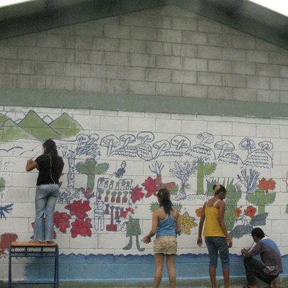 Youth paint mural in El Nance