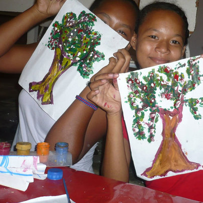 A youth painting workshop to honor trees