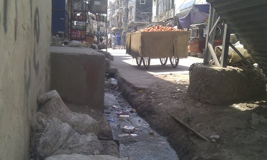Open drains passing through food markets