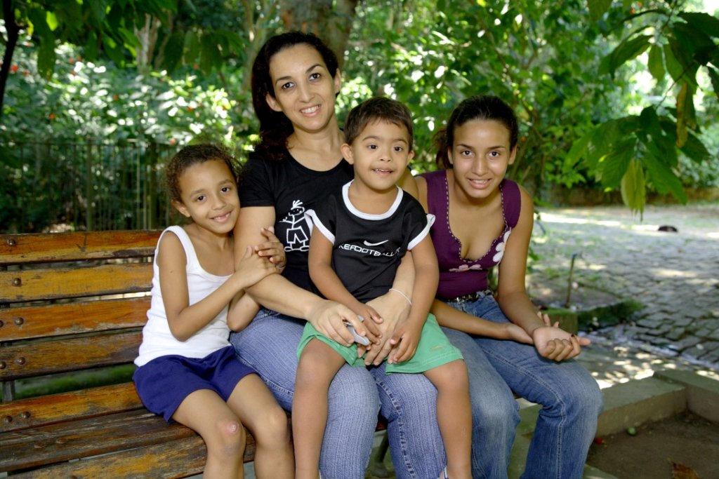 This family represent typical family of Saúde Criança. Usually she is the head of the family, the brave one that holds all the problems and keep the family together.
