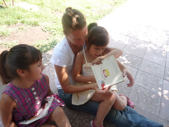 Kelly reading with the girls at San Francisco