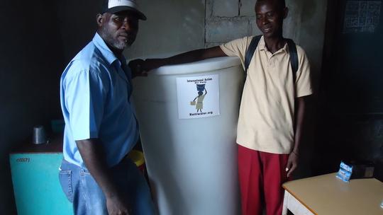 A school in Cité Soleil receives a water tank!