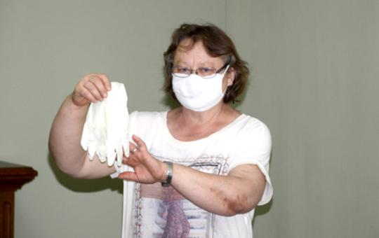Feodora Explains How to Wear Masks & Gloves