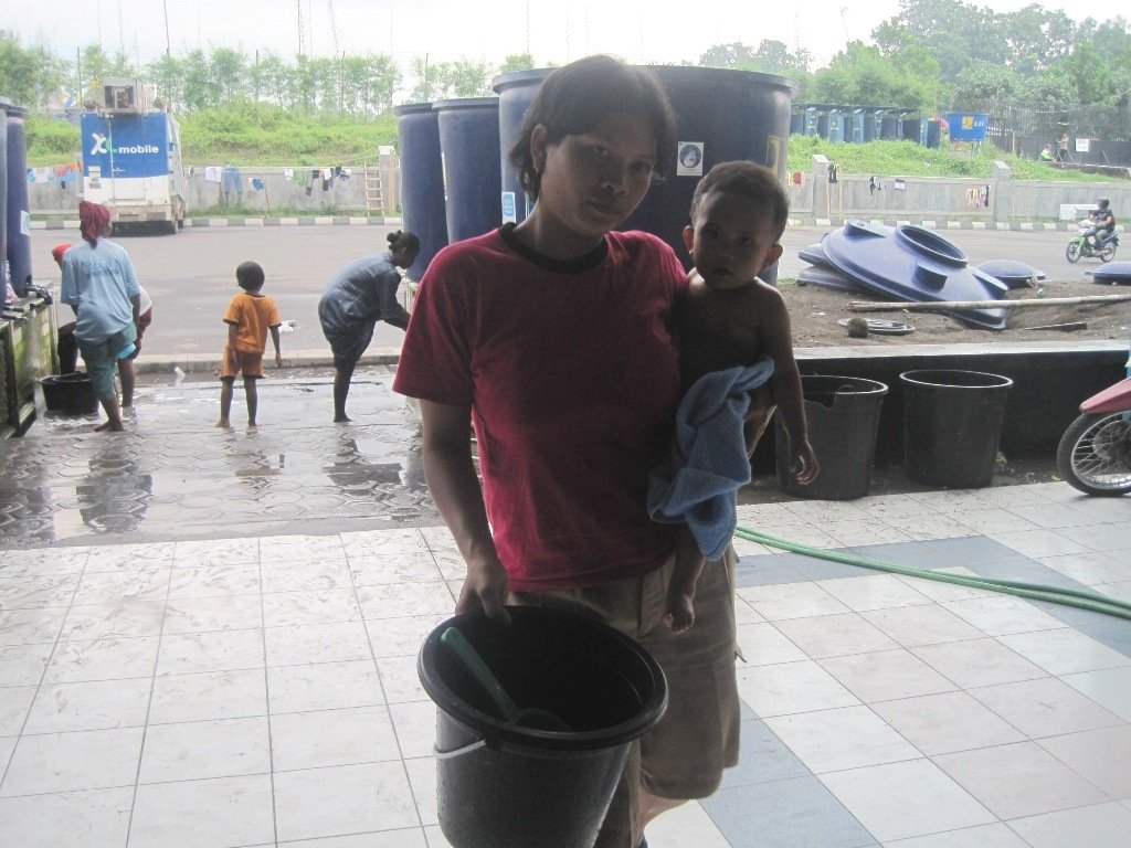 A refugee who finished bathing her child in the refugee camps Sleman Yogyakarta