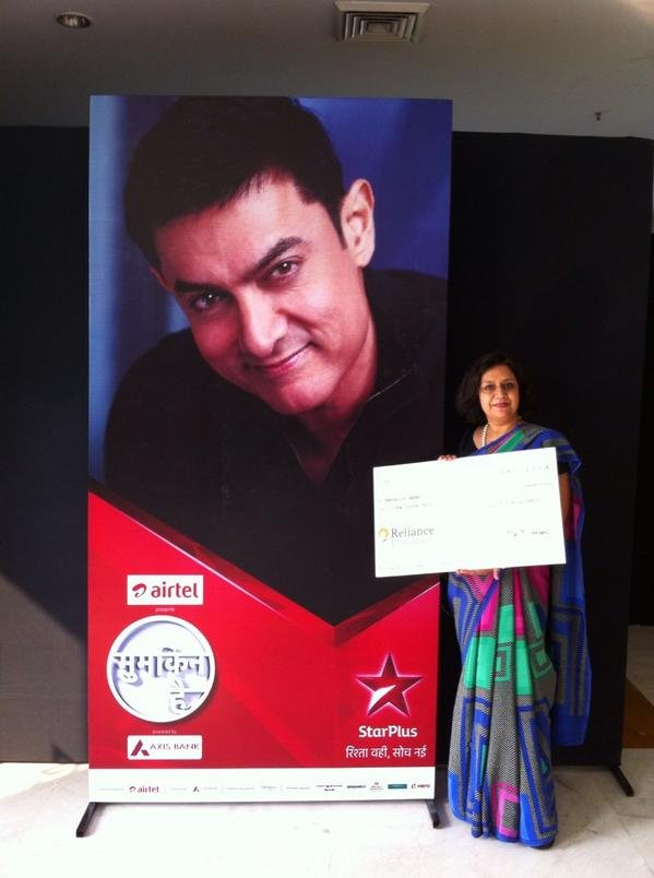 Dr. Shelly receives cheque from Satyamev Jayate