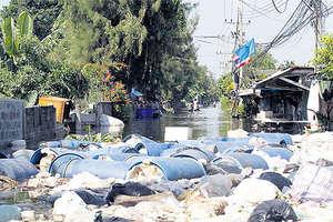 Rubbish float in Wat Rangsit, Prathumthani