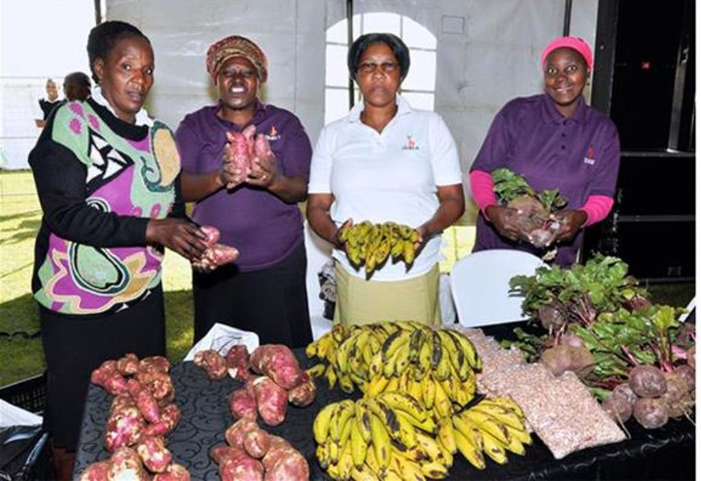 SHG members sell fuit and veggies at a Market Day
