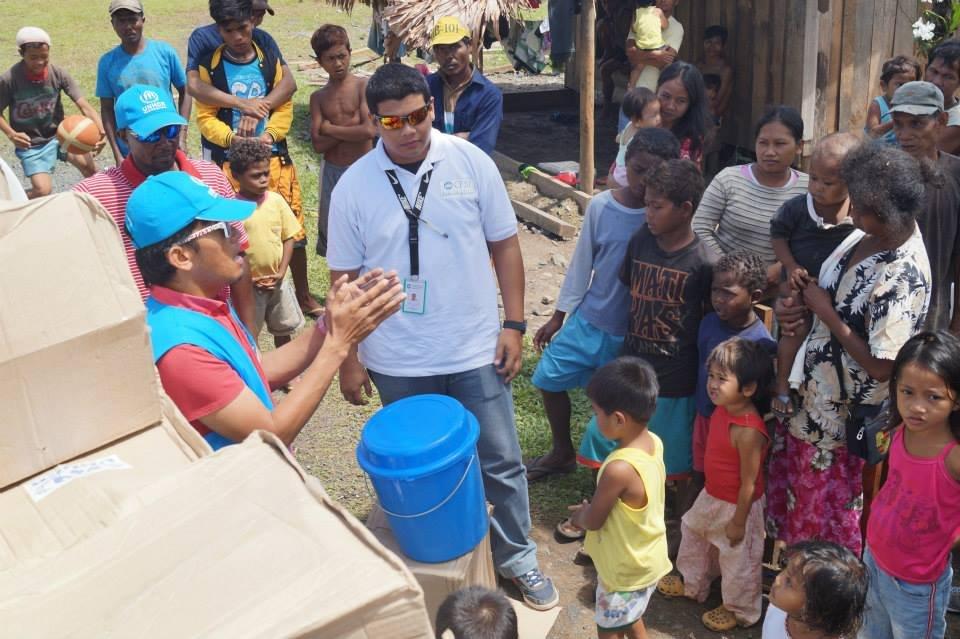 Jalanie distributing aid to Typhoon survivirs