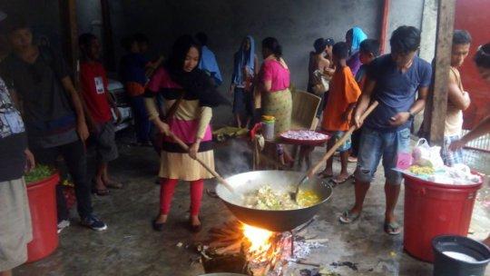 KI volunteers cooking food for the evacuees