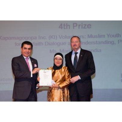 Mariam Barandia receiving the award