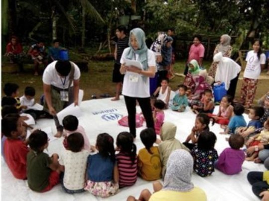 Aisah with children displaced due to conflict