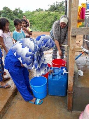 Women fetching water at Boganga Transitory Site