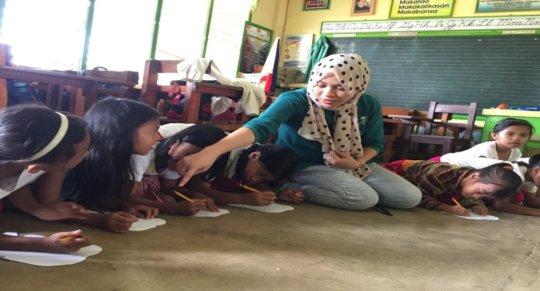 KI volunteer Aisah with children
