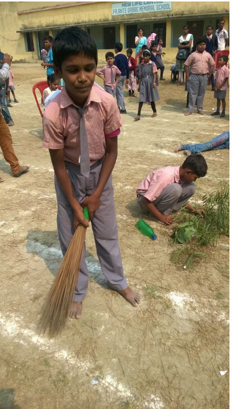 Students illustrating the cleanup campaign